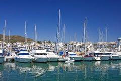 Los barcos y los yates de lujo altos amarraron en el acceso de Duquesa en España encendido Foto de archivo libre de regalías