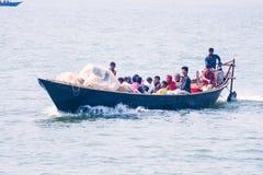 Los barcos y los pescadores de pesca del pepole de Rohinga fotografía de archivo