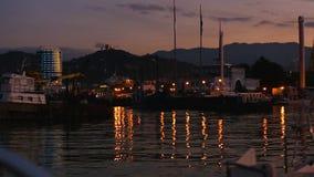 Los barcos y los yates atracaron en el puerto de Batumi de la noche, paisaje urbano del puerto, turismo de Georgia metrajes