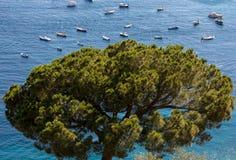 Los barcos y los yates de pesca amarraron en el mar tirreno cerca de Positano, costa de Amalfi Fotografía de archivo libre de regalías