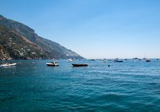 Los barcos y los yates de pesca amarraron en el mar tirreno cerca de Positano, costa Italia de Amalfi Imagen de archivo libre de regalías