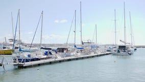 Los barcos y los yates están descansando en puerto del puerto deportivo en Paphos en un día ventoso soleado metrajes