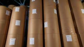 Los barriles blancos en el almacén de la fábrica, los barriles blancos se colocan en fila en el almacén Barriles blancos grandes  almacen de metraje de vídeo