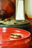 Los barriles de aceite rojos en coche del garaje del mecánico mantienen o hacen compras Foto de archivo