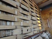 Los barriles de cerveza de Repurposed hacen una pared única Imagen de archivo libre de regalías