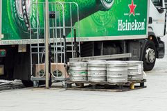 Los barriles de cerveza de Heineken del camión de reparto parquearon en la calle cerca de restaurante fotos de archivo