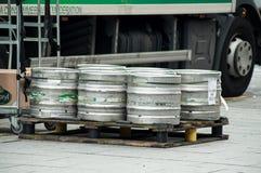 Los barriles de cerveza de Heineken del camión de reparto parquearon en la calle cerca de restaurante imagenes de archivo