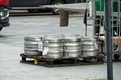 Los barriles de cerveza de Heineken del camión de reparto parquearon en la calle cerca de restaurante foto de archivo