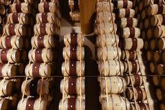Los barriles de vino apilados en top moderno del lagar abajo ven Imágenes de archivo libres de regalías