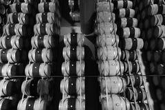 Los barriles de vino apilados en top moderno del lagar abajo ven Imagen de archivo