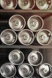Los barriletes de cerveza del metal mienten en fila fotos de archivo libres de regalías