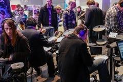 Los baterías aficionados juegan en los tambores de Roland fijados en V-tambores Fotografía de archivo libre de regalías