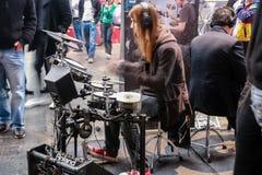 Los baterías aficionados juegan en los tambores de Roland fijados en V-tambores Fotos de archivo libres de regalías