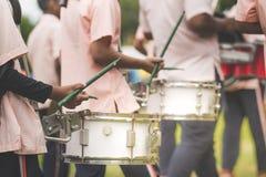 Los baterías de la banda se realizan en desfile de la escuela foto de archivo libre de regalías