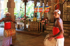 Los baterías se vistieron con ropa tradicional en el templo de la reliquia sagrada del diente (Sri Lanka) Fotos de archivo
