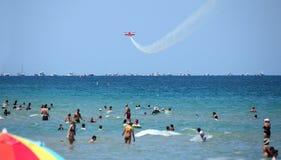 Los Beachgoers disfrutan del Océano Atlántico y del salón aeronáutico del Fort Lauderdale fotos de archivo libres de regalías