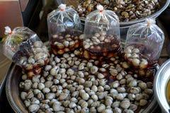 Los berberechos preparados de la sangre que venden en bandeja del acero inoxidable con alguno embalan en las bolsas de plástico d Fotos de archivo