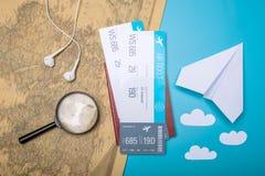 Los billetes de avión con el pasaporte y el papel acepillan en backgroun del mapa del mundo Fotos de archivo libres de regalías
