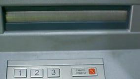 Los billetes de banco aparecen en ranura del cajero automático y la mujer toma efectivo del dinero almacen de video