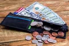 Los billetes de banco cientos dólares en la cartera, bandera americana y differen Imágenes de archivo libres de regalías