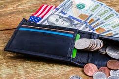 Los billetes de banco cientos dólares en la cartera, bandera americana y differen Fotos de archivo libres de regalías