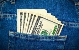 Los billetes de banco de cientos dólares americanos en los vaqueros señalan Fotos de archivo libres de regalías