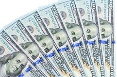 Los billetes de banco de 100 dólares de EE. UU. están situados alrededor de uno en otro Fotografía de archivo libre de regalías