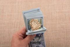Los billetes de banco del dólar con un corazón acortan en una secuencia Foto de archivo libre de regalías