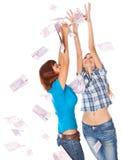 Los billetes de banco del euro 500 están cayendo en dos muchachas Fotografía de archivo