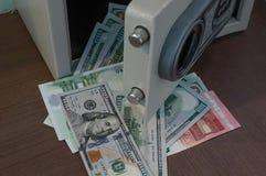 Los billetes de banco en desbloquean la caja de depósito seguro foto de archivo