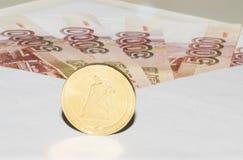 Los billetes de banco en sobre y moneda están cercanos Foto de archivo