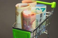Los billetes de banco euro que se colocaban en el carro de la compra preapred para tomar De fácil acceso en préstamo Fotos de archivo libres de regalías