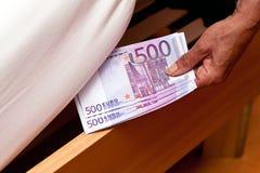 Los billetes de banco euro se ocultan debajo Imagen de archivo libre de regalías