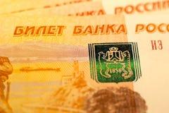 Los billetes de banco rusos del dinero con el valor más grande 5000 rublos se cierran para arriba Tiro macro de billetes de banco Fotografía de archivo