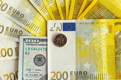 Los billetes de banco de una moneda de diez centavos y del euro cobran aislado en el fondo blanco