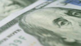Los billetes de dólar del nuevo ciento colocan el fondo de la macro del dinero 4k metrajes