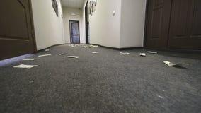 Los billetes de dólar se dispersan en el piso del hotel o de la oficina Movimiento de la cámara en la cuenta almacen de metraje de vídeo