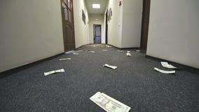 Los billetes de d?lar se dispersan en el piso del hotel o de la oficina Movimiento de la c?mara en la cuenta almacen de video