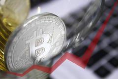Los bitcoins de oro en un vidrio de cóctel, flecha roja del gráfico se dirigen hacia arriba Fotografía de archivo libre de regalías