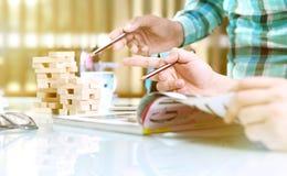 Los bloques de madera arreglaron en dos pilas en la tabla Imágenes de archivo libres de regalías
