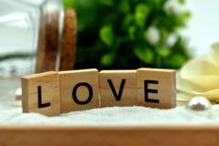 Los bloques de madera del amor romántico están en las arenas blancas Imagenes de archivo