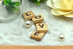 Los bloques de madera del amor romántico están en las arenas blancas imagen de archivo