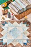 Los bloques preparados para el edredón de costura, pila de telas, cosen los accesorios Imágenes de archivo libres de regalías