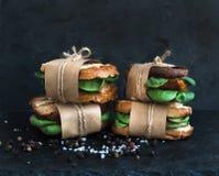 Los bocadillos enteros curados del grano del pollo y de la espinaca colocaron uno en a Foto de archivo libre de regalías