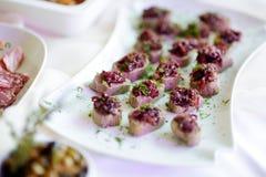 Los bocados deliciosos de la coronilla con el desmoche de la remolacha sirvieron en un partido o una recepción nupcial Foto de archivo