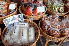 Los bocados locales del japonés (Senbei) y los dulces se venden adentro Shirakawa-van, Gifu, Japón Foto de archivo