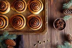 Los bollos cocidos frescos ruedan con canela Primer Kanelbulle - postre hecho en casa dulce sueco Decoración festiva Imagen de archivo