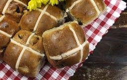 Los bollos cruzados calientes felices de Pascua del estilo inglés se cierran para arriba Imagenes de archivo