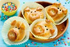 Los bollos del pan del cerdo, idea divertida de la hornada formaron caras guarras lindas foto de archivo libre de regalías