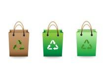 Los bolsos de compras verdes de la venta con reciclan la muestra Imagen de archivo libre de regalías
